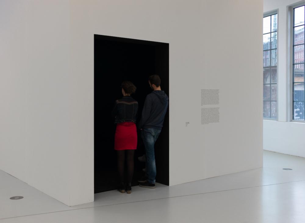 L1203067-1 hamburg deichtorhallen haus der fotografie the black room rotluminanz + 50