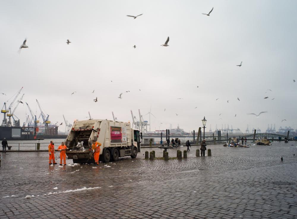 L1203127-1 fotoforum am wasser - cleaning up at Hamburg Fish Market